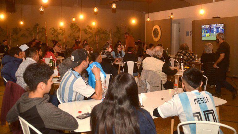 Los bares estuvieron repletos durante el partido Argentina-Brasil.