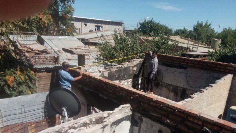 Vecinos solidarios levantan una casa destruida por el fuego
