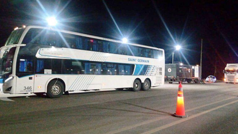 Detienen a un colectivo con turistas jubilados: tenían Covid