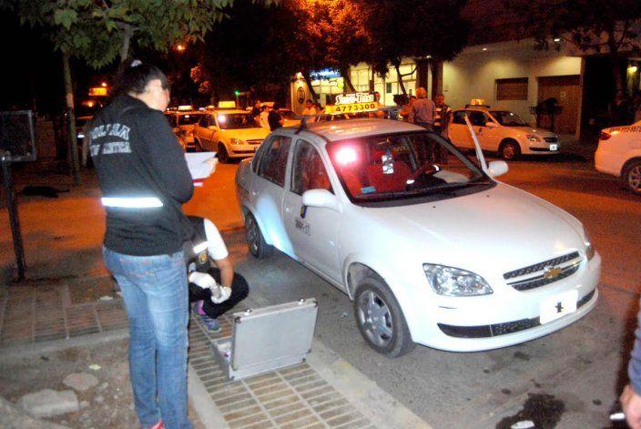 Anoche los taxistas luego del robo a un compañero de trabajo se movilizaron hasta la comisaría Cuarta.