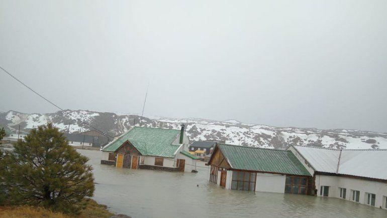 Temporal de lluvia: las termas de Copahue quedaron bajo el agua