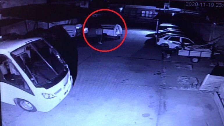 En menos de un minuto, delincuentes se robaron una casilla de una cochera