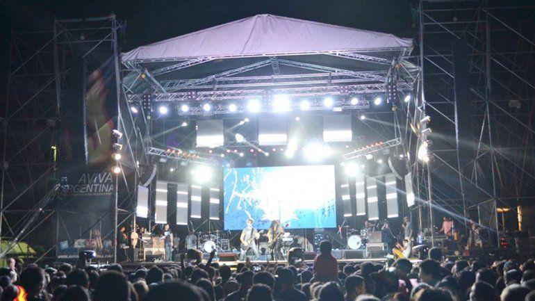 Una multitud de jóvenes presenció los espectáculos del viernes.