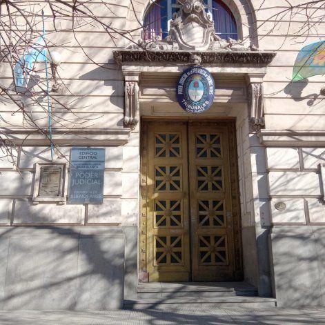 Realizarán juicio contra 5 policías acusados de extorsión - Acceso a tribunales de Bahía Blanca