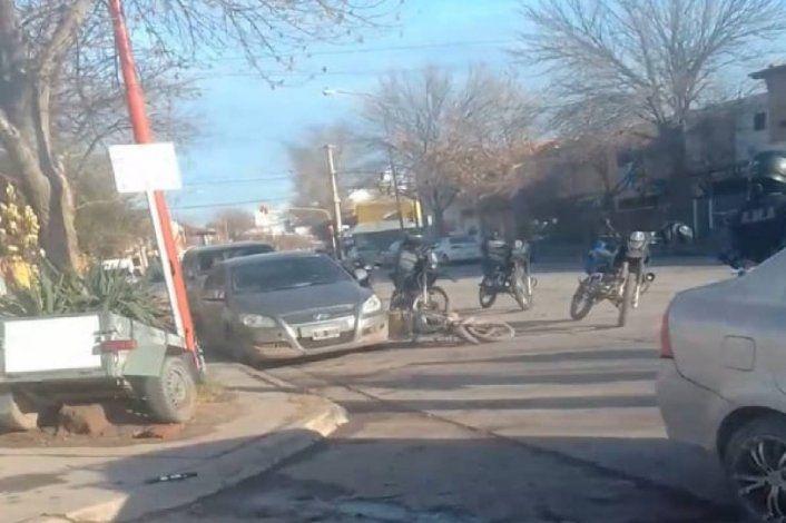 Lo persiguió la Policía y chocó contra un auto