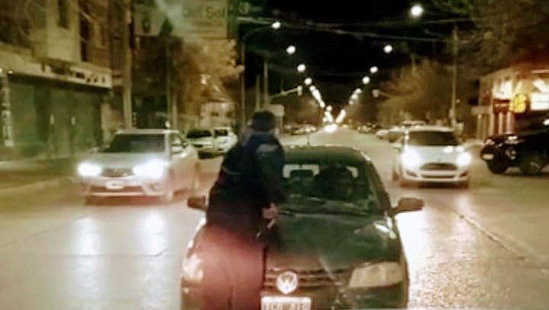 Embarazada y con un bebé, arrastró a un policía en el capot para evitar un control