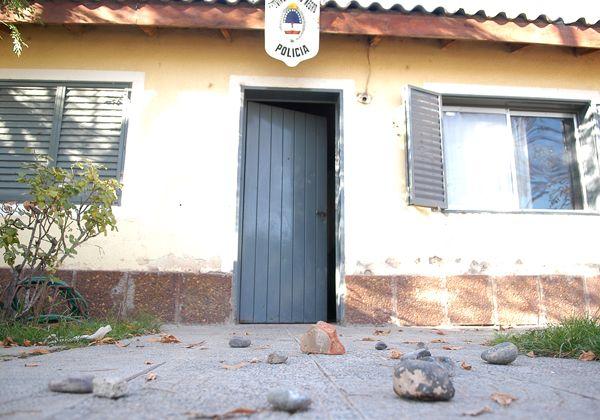 Apedrearon destacamento policial del barrio Anai Mapu