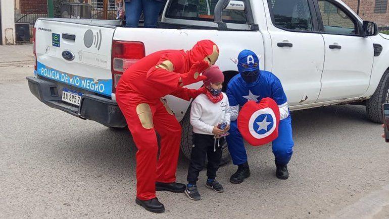 Policías de Fernández Oro se vistieron de superhéroes por el Día de la Niñez