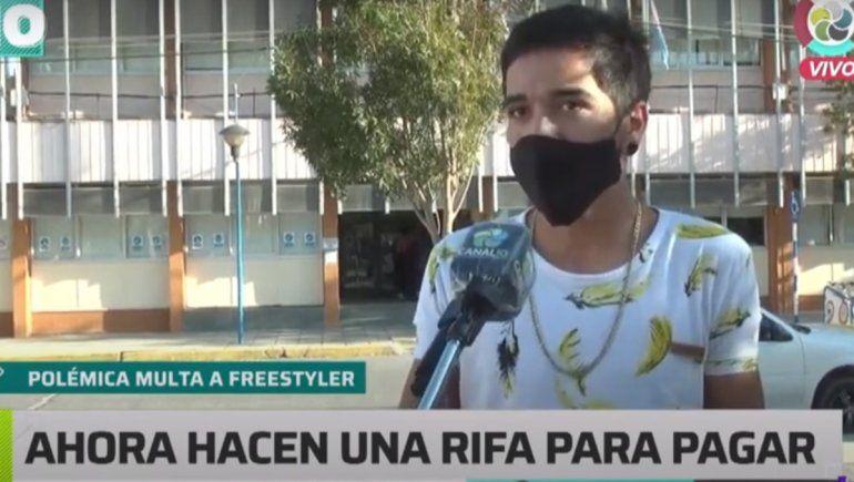Estaba de espectador en una batalla de rap y le hicieron una multa