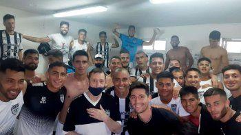 El Choly Alonso junto al plantel albinegro, en su cumpleaños 70.