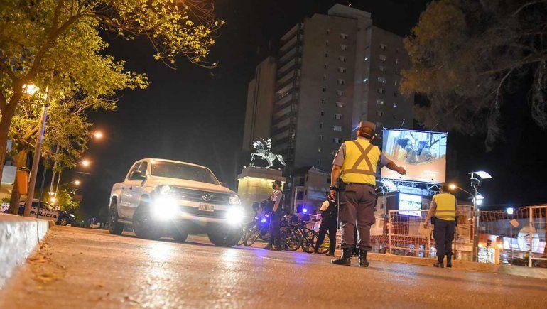 Neuquén mantiene restricciones de circulación y flexibiliza los bares