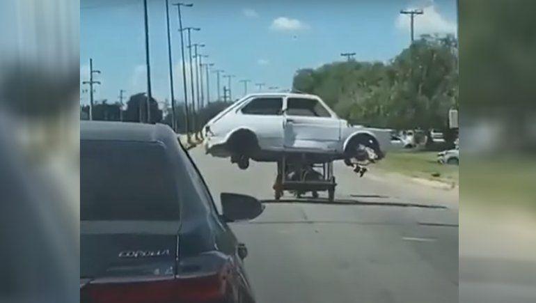 Video: transportó el chasis de un Fiat 147 en una moto con carrito