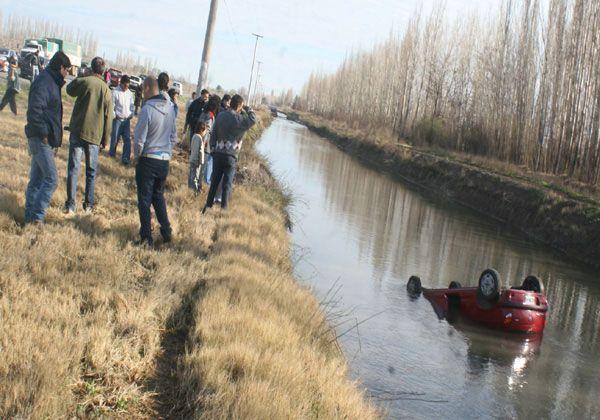 Un auto cayó al canal de la ruta 151