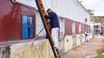 Su esposa sobrevivió al COVID y agradeció pintando todo el hospital