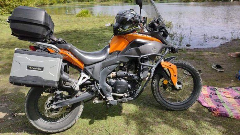 Atraparon a una pareja de adolescentes manejando una moto robada