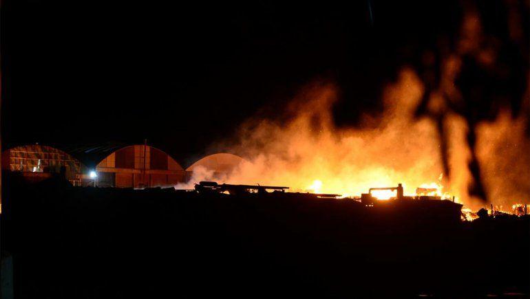 Explosión e incendio en la papelera Sanovo de Cipolletti