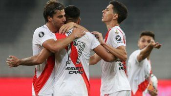 El saludo a Paulo Díaz por el agónico gol del valioso empate.