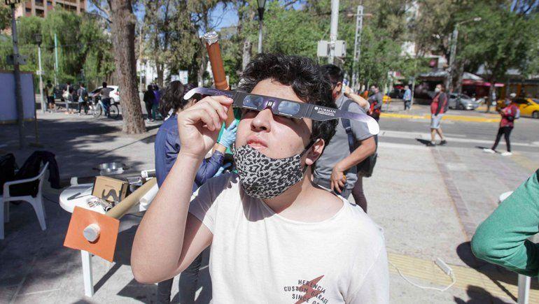 La UNCo entregó 7 mil lentes para ver el eclipse de sol de forma segura.