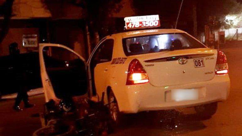 Taxi dobló en u y dejó a un motociclista con lesiones graves
