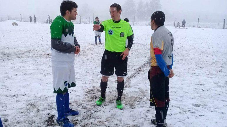 Jugaron al fútbol en plena tormenta de nieve en El Bolsón