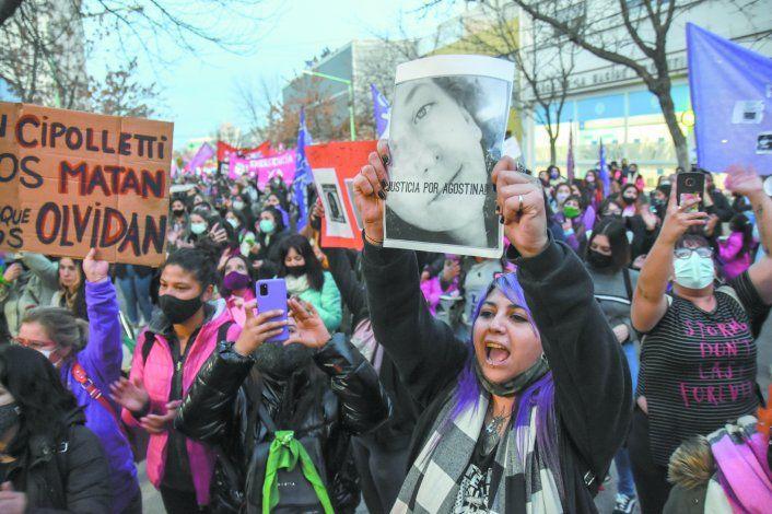 Cientos de vecinos se manifestaron en las calles de Cipolletti en reclamo de Justicia por el femicidio de la joven Agostina Gisfman.