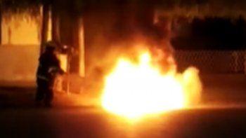 locura: prendio fuego su moto para que no se la secuestren