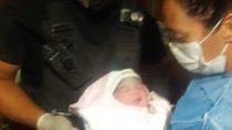 Uno de los policías que ayudó a dar a luz a la beba.