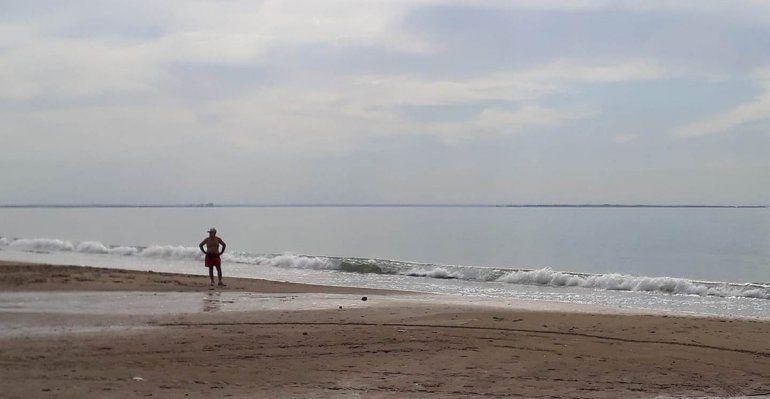 Mar plácido y mucha humedad en el arranque de este domingo en Las Grutas.