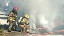 el fuego destruyo un auto en el barrio 12 de septiembre
