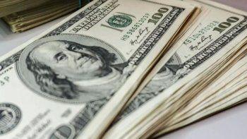 Las restricciones para comprar dólares se incrementan ante la crisis.