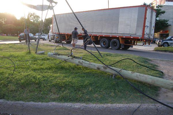 Camión arrolló cables en calle Mengelle