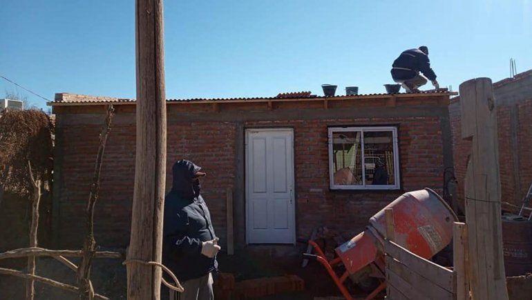 La Muni ayudó a un hombre de la toma 2 de Febrero con la construcción de su casa