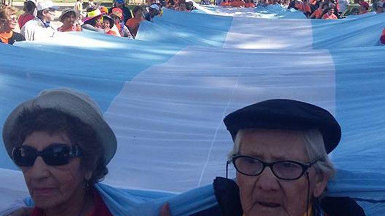 Los abuelos realizaron la caminata del Parque Norte al Estadio Municipal.