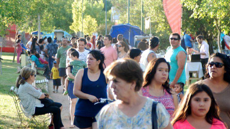 El Paseo Cultural se realiza en el predio del ferrocarril de calle Fernández Oro.