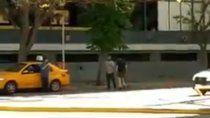 taxista y ciclista a las pinas en pleno centro de neuquen