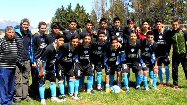 El plantel completo de la selección Sub-15 de la Liga Confluencia que ganó la instancia provincial y ahora se va a jugar a Santa Cruz.