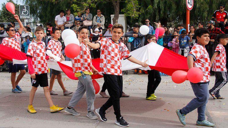 Reviví el colorido desfile por el nuevo cumpleaños de la ciudad de Cipolletti