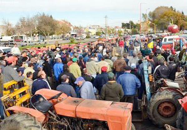 Tractorazo de productores tras cruce con la Federación