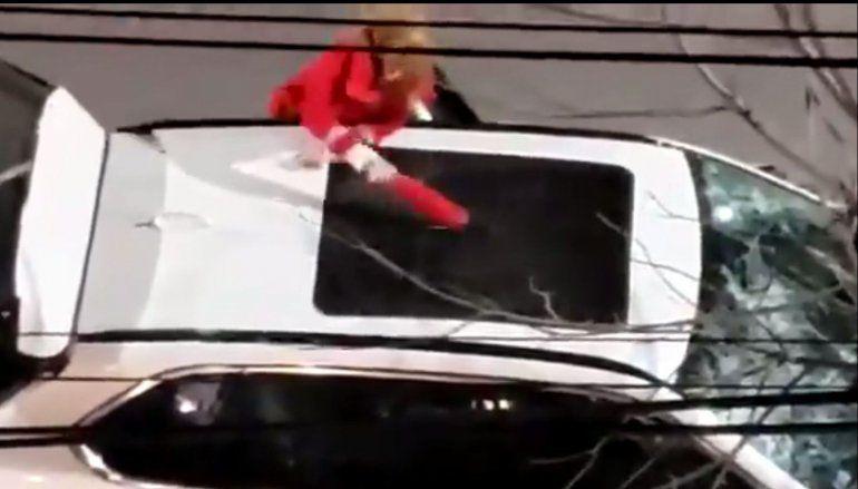 Fuera de control: destrozó una camioneta con un matafuegos y la detuvieron