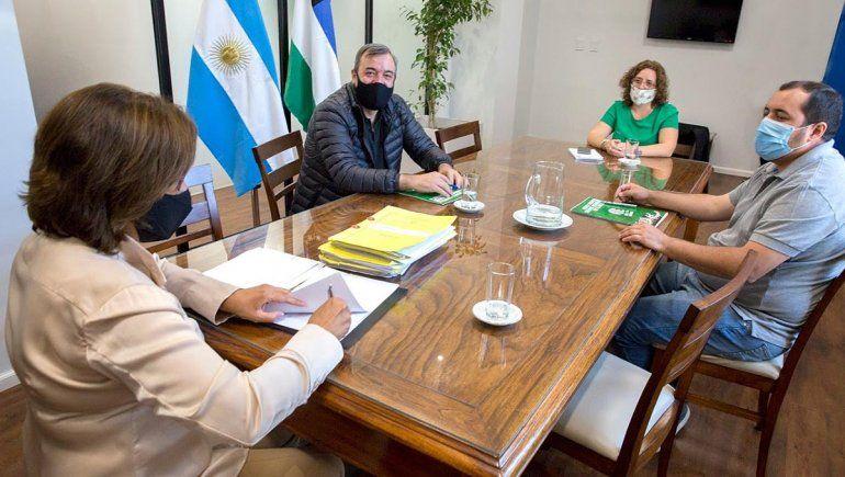 Provincia firmó el pase a planta de casi 2 mil estatales rionegrinos