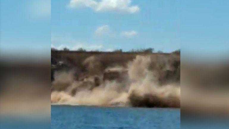 Video: impresionante derrumbe en las orillas del Mari Menuco