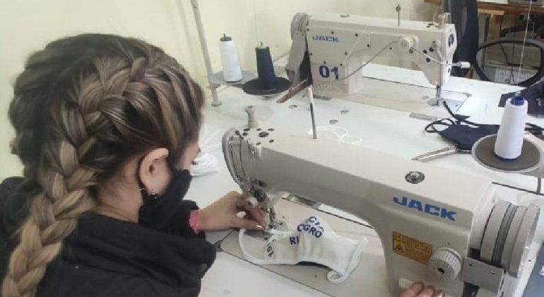 El taller de costura de la Policía, a pleno con la confección de barbijos