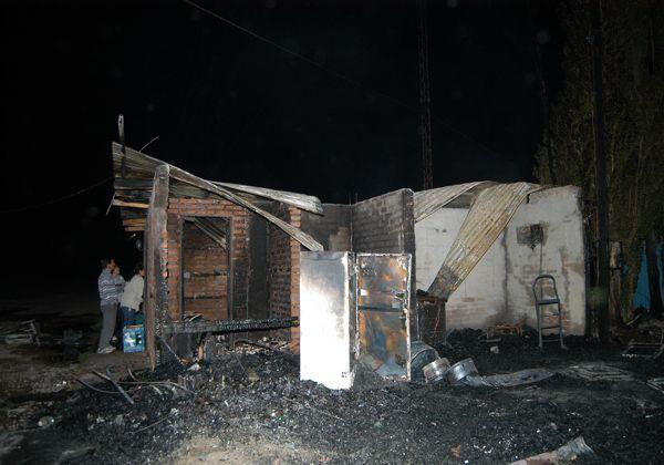 Un incendio ocasionó pérdidas totales en una radio FM en Cipolletti