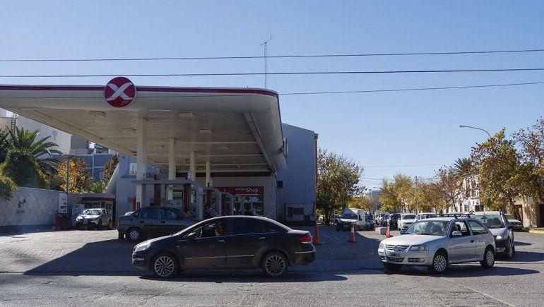 Afirman que la escasez de nafta continuará si siguen los piquetes