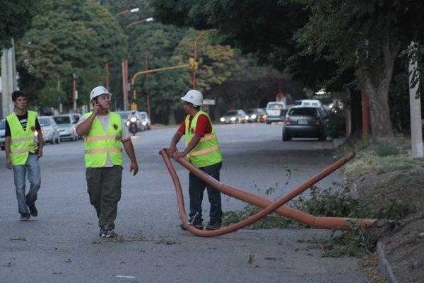 El viento tiró un poste de luz en plena Mariano Moreno