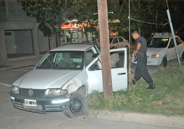Un automovilista grave tras chocar contra un poste