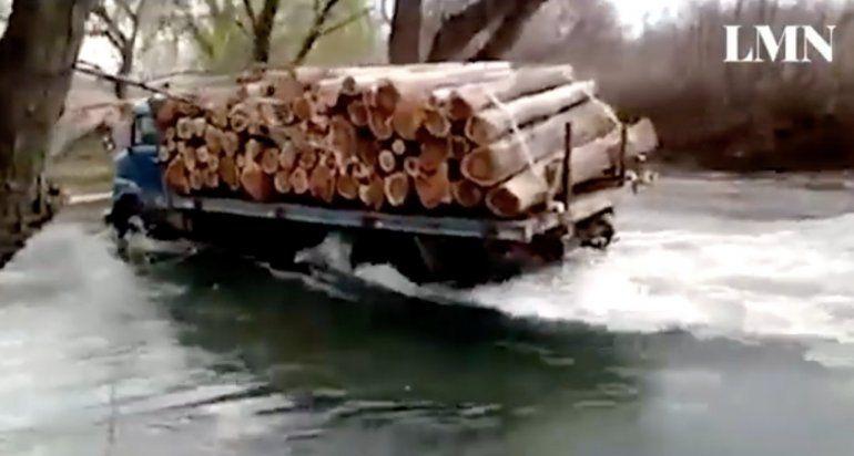 Cruzó el río Neuquén con su camión: ¿le compite al pulpero?