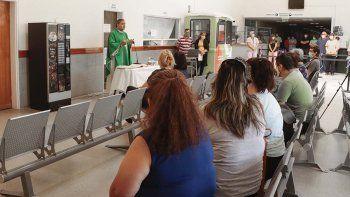 covid-19: ruegan por la salud de trabajadores en el hospital