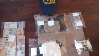 Drogas, dinero, armas y envoltorios para el narcomenudeo, entre los elementos secuestrados.
