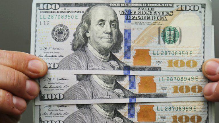 El dólar se disparó y subió 50 centavos en un día